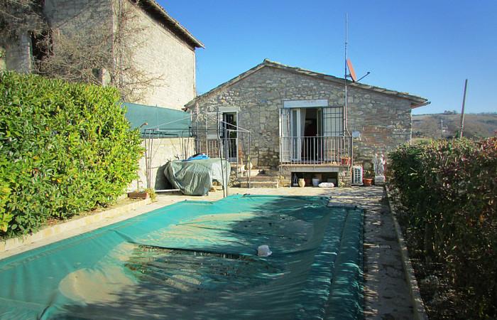 casa indipendente con piscina a todi, umbria
