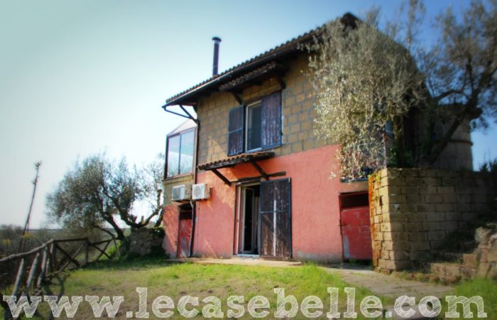 Casale sulla collina con terreno a Tuscania