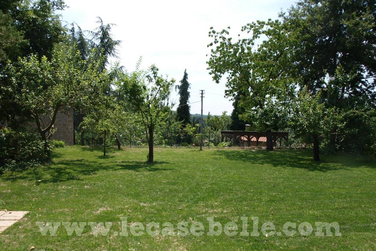 Casa indipendente in borghetto al confine tra lazio e - Case belle con giardino ...